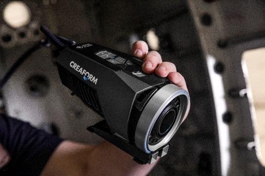 Ein Bild, das Person, drinnen, Kamera, Hand enthält.  Automatisch generierte Beschreibung